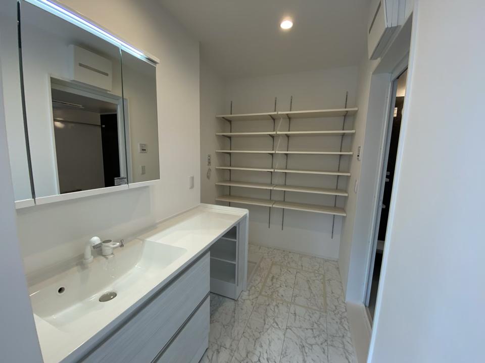 イスを置けるスペース付き洗面化粧台